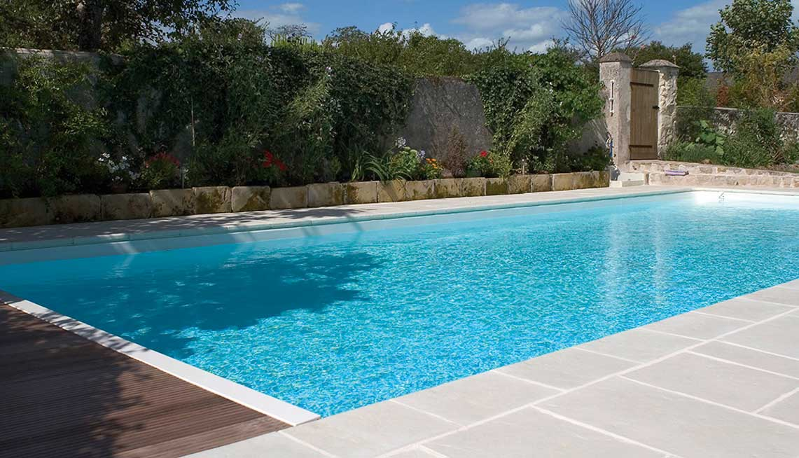 Bien choisir la couleur des rev tements de piscine for Remplacement liner par resine piscine