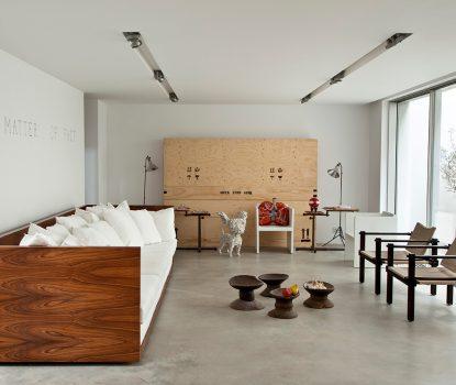Salon zen. la formule de Leonard de Vinci «la sophistication ultime c'est la simplification». Le très long canapé en palissandre de Rio (3,60m) a été dessiné par le designer.