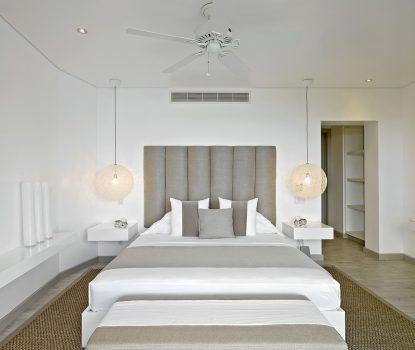 Chambre avec sobriété. Toujours aux Barbades, la décoratrice Kelly Hoppen a opté pour une palette de couleurs neutres allant du blanc au beige. Suspensions Random Light de Moooi.