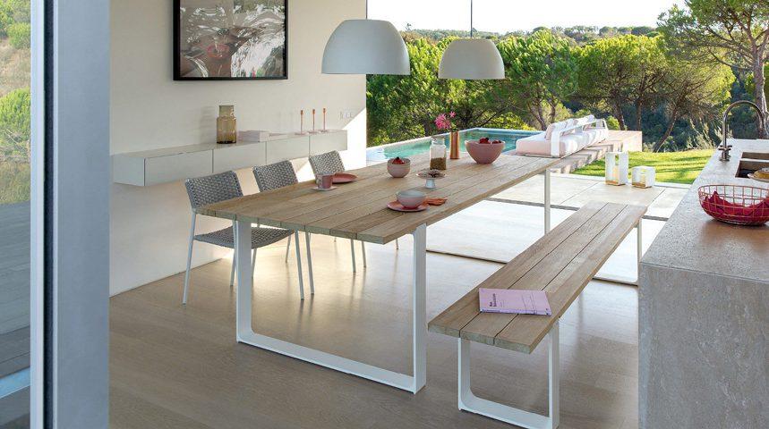 Une salle à manger avec un banc - Espaces Contemporains