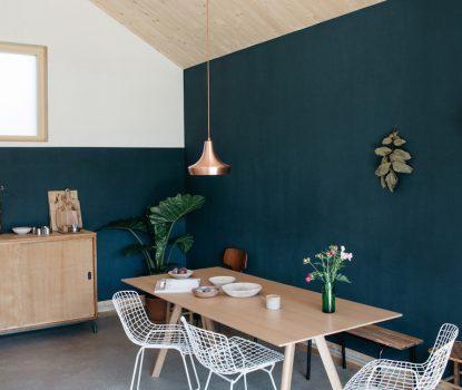 """salle à manger avec un banc. Chez la styliste et photographe Aurélie Lécuyer. Un banc a pris place dans ce coin repas où rien ne semble figé et achevé. Table Hay, chaises de Harry Bertoia pour Knoll, peinture """"Stiffkey Blue"""" de Farrow & Ball."""