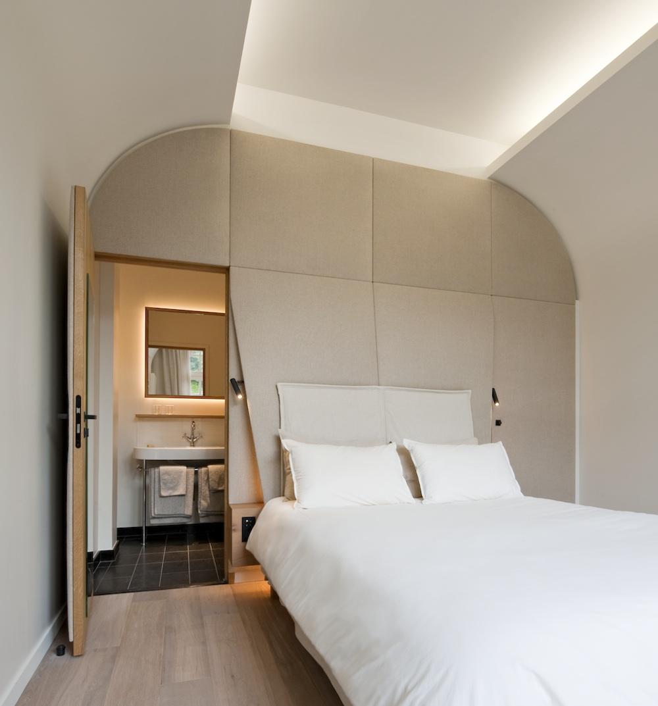 Chambre pour bien dormir. Décoration sobre, calme, panneau acoustique