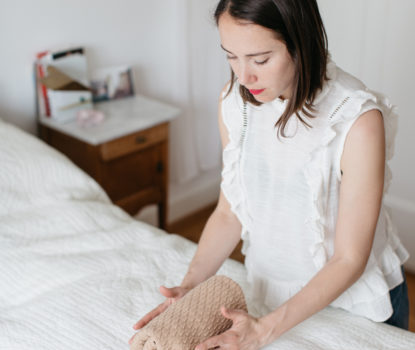 Pliage vertical des vêtements selon la méthode Marie Kondo. Clarity Home Detox
