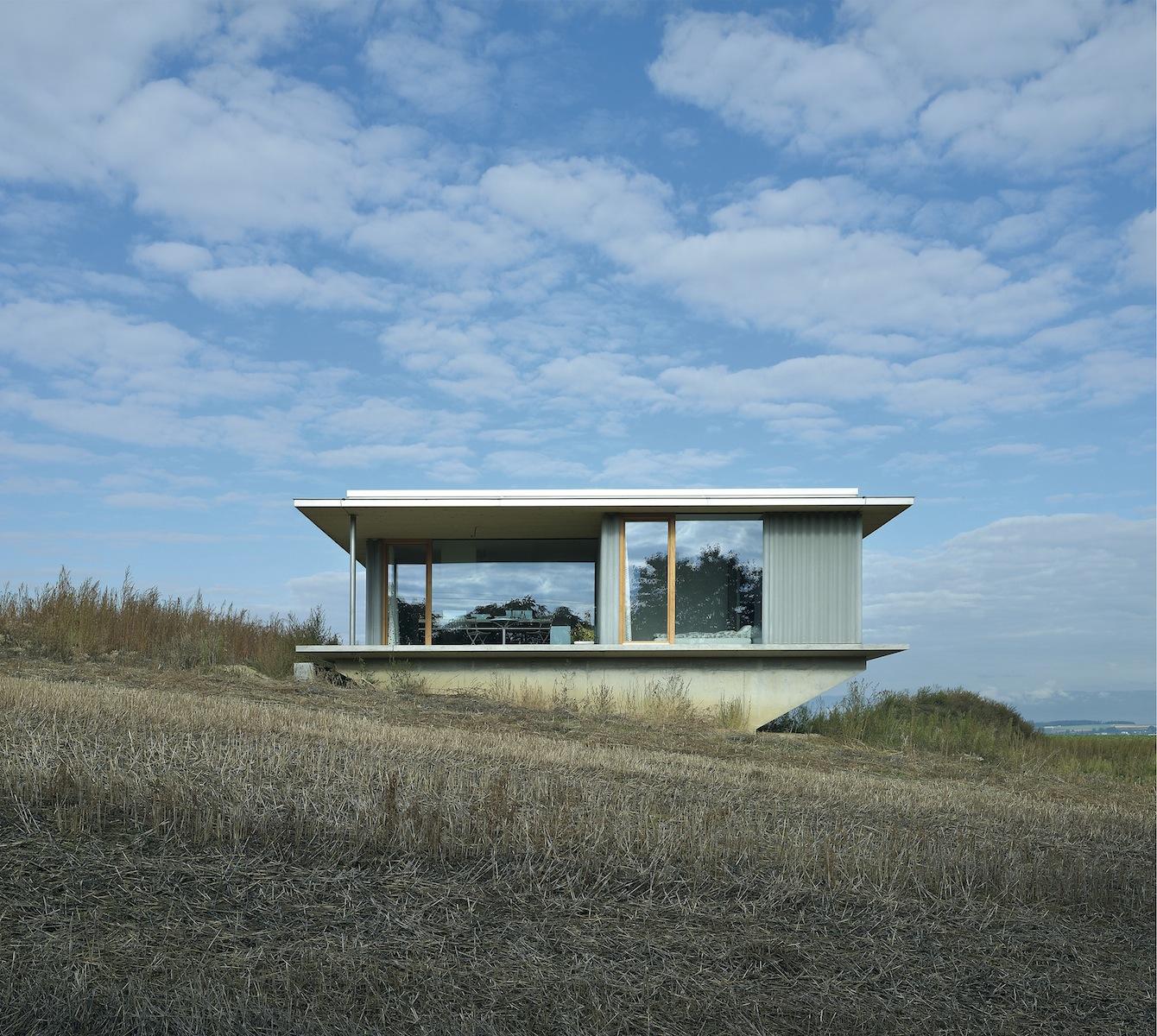 Maison de campagne contemporaine spectaculaire bâtie en Suisse au cœur de la nature