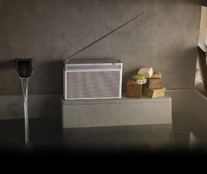 Enceinte et radio look vintage son numérique hi-tech. Geneva Lab.
